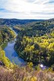 Autumn Landscape Vue de la BERD sibérienne de rivière, de la roche Image stock