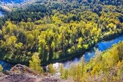 Autumn Landscape Vue de la BERD sibérienne de rivière, de la roche Photo libre de droits