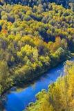 Autumn Landscape Vue de la BERD sibérienne de rivière, de la roche Image libre de droits