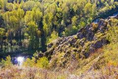 Autumn Landscape Vue de la BERD sibérienne de rivière, de la roche photos stock
