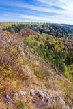 Autumn Landscape Vue de la BERD sibérienne de rivière, de la roche Photos libres de droits