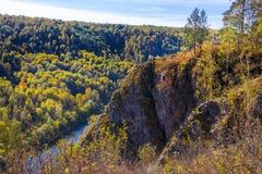 Autumn Landscape Vue de la BERD sibérienne de rivière, de la roche Photographie stock