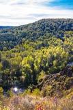 Autumn Landscape Vue de la BERD sibérienne de rivière, de la roche Photographie stock libre de droits