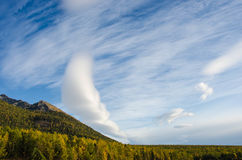 Autumn Landscape Wolken und Berg Stockfotos