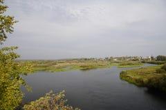 Autumn Landscape Zona sujeita a inundações e rio Berezina Dia ensolarado em outubro imagem de stock