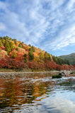 Autumn Leaf y río coloridos con el cielo azul Fotos de archivo libres de regalías
