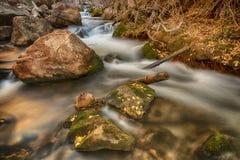Autumn Leafs sur les roches et l'eau HDR photographie stock
