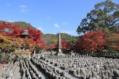 Autumn Leaves Of Adashino Nenbutsu-ji av Buddhastatyn arkivfoto