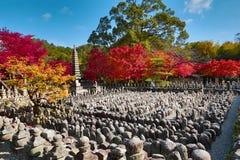 Autumn Leaves Of Adashino Nenbutsu-ji av Buddhastatyn arkivfoton
