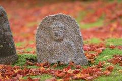 Autumn Leaves Of Adashino Nenbutsu-ji von Buddha-Statue Stockfoto