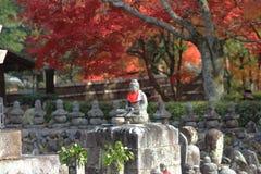 Autumn Leaves Of Adashino Nenbutsu-ji von Buddha-Statue Lizenzfreie Stockbilder