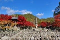 Autumn Leaves Of Adashino Nenbutsu-ji von Buddha-Statue Stockbilder