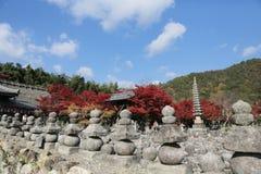 Autumn Leaves Of Adashino Nenbutsu-ji von Buddha-Statue Lizenzfreie Stockfotos