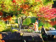 Autumn Leaves en een Vrouw in Kimono royalty-vrije stock afbeelding