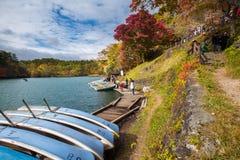 Autumn Leaves i Goshikinuma sjön arkivfoto