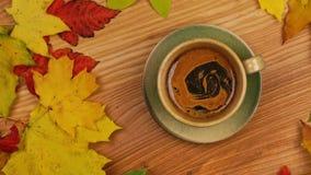 Autumn Leaves mit Kaffee stock video