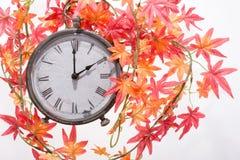 Autumn Leaves och Retro klocka Arkivfoton