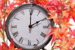 Autumn Leaves och Retro klocka Arkivbilder