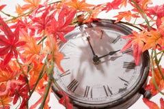 Autumn Leaves och Retro klocka Royaltyfria Bilder