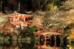 Autumn Leaves på vägen i den Daigo-ji templet, Japan Arkivbilder