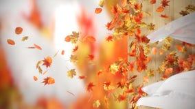 Autumn Leaves que cae y de enrrollamiento con el fondo de las cortinas Fotos de archivo libres de regalías