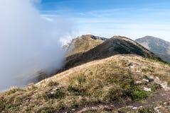 Autumn Mala Fatra-Berge mit Hügeln und blauem Himmel mit Wolken Stockfotografie