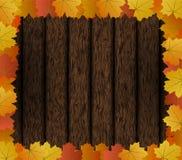 Autumn Maple Leaves Frame en fondo de madera Imagen de archivo
