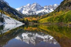 Autumn Maroon Bells e lago - orizzontale Fotografie Stock Libere da Diritti