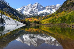 Autumn Maroon Bells und See - horizontal Lizenzfreie Stockfotos