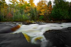 Autumn Marquette Nature Waterfall Landscape vibrante fotografia stock