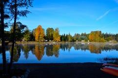 Autumn Mist op Robertson Lake royalty-vrije stock afbeelding