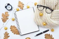Autumn Mockup Tom anteckningsbok-, ek- och lönnlövhöstsäsong Höst Time Stilfullt kontorsskrivbord Höst eller vinter Royaltyfria Foton