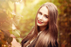 Autumn Model Woman mit langem Brown-Haar draußen Stockbilder