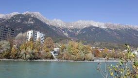Autumn Morning coloré à la rivière d'auberge banque de vidéos