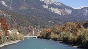 Autumn Morning coloré à la rivière d'auberge clips vidéos