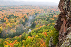 Autumn Morning de niebla en la carpa River Valley de las montañas del puerco espín Fotos de archivo libres de regalías