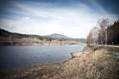 Autumn Mountain med sjösikt och lövverk i skog Arkivbilder