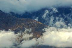 Autumn Mountain a vêtu en nuages photographie stock