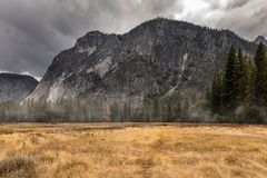 Autumn Mountain View in Yosemite Nationalpark stockbilder