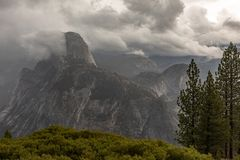 Autumn Mountain View in Yosemite Nationalpark stockbild