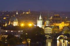 Autumn Night Prague City avec avec ses bâtiments, tours, cathédrales et ponts, République Tchèque photos stock