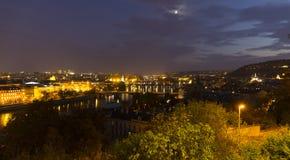 Autumn Night Prague City avec avec ses bâtiments, tours, cathédrales et ponts, République Tchèque image stock