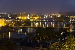 Autumn Night Prague City avec avec ses bâtiments, tours, cathédrales et ponts, République Tchèque images stock