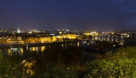 Autumn Night Prague City avec avec ses bâtiments, tours, cathédrales et ponts, République Tchèque photographie stock libre de droits