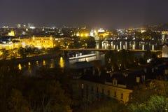 Autumn Night Prague City avec avec ses bâtiments, tours, cathédrales et ponts, République Tchèque image libre de droits
