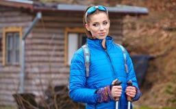 Autumn Nordic que anda - exercício ativo da mulher exterior fotos de stock