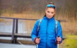 Autumn Nordic que camina - ejercicio activo de la mujer al aire libre Imagenes de archivo