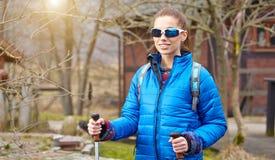 Autumn Nordic que camina - ejercicio activo de la mujer al aire libre Imagen de archivo libre de regalías