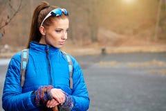 Autumn Nordic que camina - ejercicio activo de la mujer al aire libre Fotografía de archivo