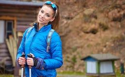 Autumn Nordic que camina - ejercicio activo de la mujer al aire libre Fotos de archivo